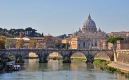 Sant Angelo bridżowa i Watykańska katedra w Rzym Fotografia Stock