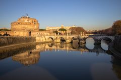 Sant ` Angelo Bridge och Sant ` Angelo Castel, Rome Arkivfoto