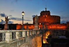 Sant ` Angelo Castel backlighted på skymning Arkivfoto