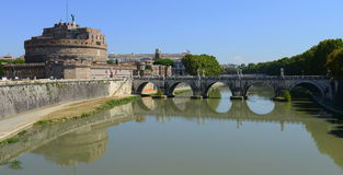 Sant Angelo Castle över den Tevere floden, Rome, Italien royaltyfri fotografi
