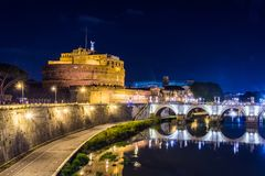 Sant Angelo Castle en Roma, Italia en la noche Foto de archivo