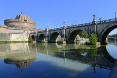 Sant Angelo slott och bro över den Tevere floden i Rome Arkivfoton