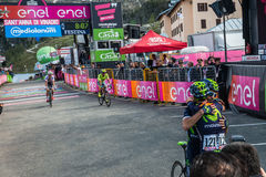 Sant Anna, Italië 28 Mei, 2016; Grote omhelzing tussen Alejandro Valverde en Giovanni Visconti, Movistar-Team Stock Fotografie