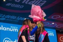 Sant Anna, Italie le 28 mai 2016 ; Mikel Nieve, équipe de ciel, dans le débardeur bleu sur le podium après gain de la classificat Photographie stock