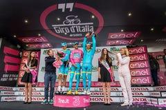 Sant Anna, Włochy Maj 28, 2016; Niektóre jeźdzowie Astana zespalają się na podium po wygrywać nagrodę dla best drużyny Zdjęcie Royalty Free