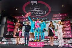 Sant Anna, Włochy Maj 28, 2016; Niektóre jeźdzowie Astana zespalają się na podium po wygrywać nagrodę dla best drużyny Zdjęcia Stock