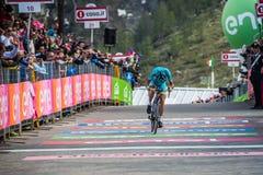 Sant Anna, Włochy Maj 28, 2016; Vincenzo Nibali, Astana drużyna, wyczerpywać przepustki meta po ciężkiego halnego jelenia Zdjęcia Stock