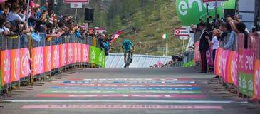 Sant Anna, Włochy Maj 28, 2016; Vincenzo Nibali, Astana drużyna, wyczerpywać przepustki meta po ciężkiego halnego jelenia Fotografia Royalty Free
