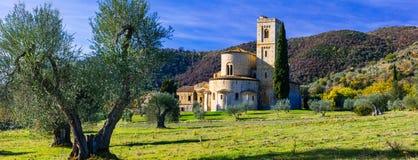 Sant ` Antimo修道院在托斯卡纳的心脏在橄榄树之间的 免版税库存图片