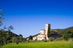 Sant'Antimo Abbey i Kreta Senesi, Italien Arkivfoton