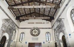 Sant Aurea中世纪大教堂内部看法在有它的著名天花板的Ostia Antica与被暴露的射线和壁画-罗马 免版税库存图片