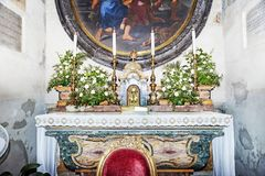 Sant Aurea中世纪大教堂内部看法在Ostia Antica -罗马,意大利 库存照片