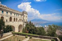 Sant ` Elmo Castle och Naples bakgrund arkivfoto