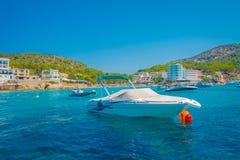 SANT-IEP, MAJORCA, SPANJE - AUGUSTUS 18 2017: De boot van Nice in Sant-Iep, in een mooie blauwe water en een hemel in Majorca, Sp Royalty-vrije Stock Foto