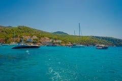SANT-IEP, MAJORCA, SPANJE - AUGUSTUS 18 2017: De boot van Nice in Sant-Iep, in een mooie blauwe water en een hemel in Majorca, Sp Stock Foto's
