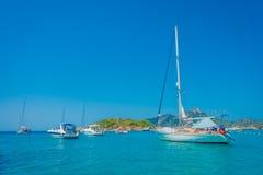 SANT-IEP, MAJORCA, SPANJE - AUGUSTUS 18 2017: De boot van Nice in Sant-Iep, in een mooie blauwe water en een hemel in Majorca, Sp Stock Afbeelding