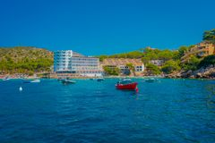 SANT-IEP, MAJORCA, SPANJE - AUGUSTUS 18 2017: De rode boot van Nice op het water in Sant-Iep, Majorca, Spanje Stock Afbeelding
