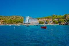SANT-IEP, MAJORCA, SPANJE - AUGUSTUS 18 2017: De rode boot van Nice op het water in Sant-Iep, Majorca, Spanje Royalty-vrije Stock Afbeeldingen