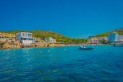 SANT-IEP, MAJORCA, SPANJE - AUGUSTUS 18 2017: Niet geïdentificeerde mensen die in de oceaan bij Sant-Iep, in een mooi blauw zwemm Royalty-vrije Stock Foto's