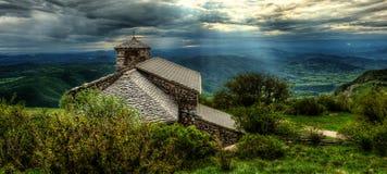 Sant Jerome kyrka på monteringen Nanos i Slovenien, Europa efter stor royaltyfria bilder
