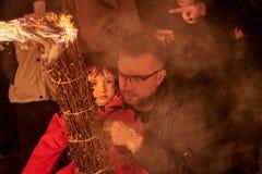 Sant Julià de Cerdanyola, Испания - 24-ое декабря 2018: маленькая девочка с вашим отцом в faia fia стоковые изображения rf