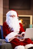 Santa à l'aide de l'ordinateur Photo stock