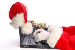 Santa à l'aide de l'ordinateur portatif Photo libre de droits