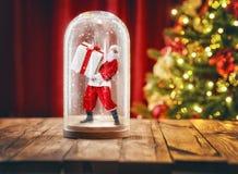 Santa à l'intérieur d'un globe de neige de Noël Photo stock