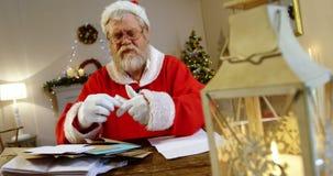 santa ανάγνωσης επιστολών Claus απόθεμα βίντεο