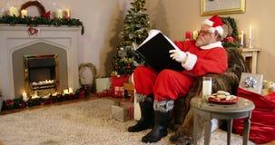 santa ανάγνωσης Claus βιβλίων απόθεμα βίντεο