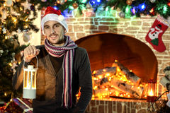 Santa από την εστία και το χριστουγεννιάτικο δέντρο Στοκ εικόνες με δικαίωμα ελεύθερης χρήσης