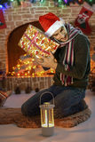 Santa από την εστία και το χριστουγεννιάτικο δέντρο στοκ εικόνα