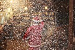 Santa και κόμμα στη νύχτα με το χιόνι Στοκ Φωτογραφία