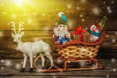 Santa και χιονάνθρωπος σε ένα έλκηθρο ταράνδων με τα δώρα Στοκ Φωτογραφία