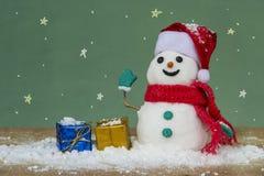 Santa καπέλων χιονανθρώπων και ζωηρόχρωμο κιβώτιο δώρων Στοκ φωτογραφία με δικαίωμα ελεύθερης χρήσης