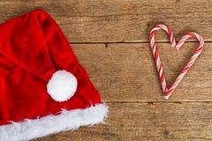 Santa & x27 καπέλο στο ξύλο και τον αγαπημένο Στοκ Εικόνες