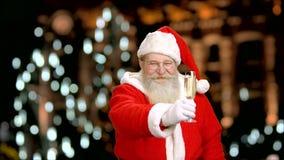 Santa με ένα γυαλί σαμπάνιας φιλμ μικρού μήκους