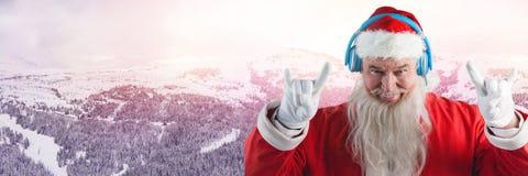 Santa με τα ακουστικά κομμάτων χειμερινών τοπίων και του DJ Στοκ Εικόνες