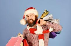 Santa με τα ζωηρόχρωμα πακέτα Τύπος ή hipster αγοραστής στοκ φωτογραφία