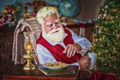 Santa με τα μπισκότα και την καυτή σοκολάτα στοκ φωτογραφίες