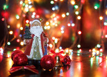 Santa με τις κόκκινες σφαίρες Χριστουγέννων Στοκ Εικόνα