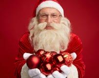 Santa με τις σφαίρες παιχνιδιών Στοκ φωτογραφία με δικαίωμα ελεύθερης χρήσης
