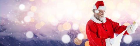 Santa με τον κατάλογο ανάγνωσης χειμερινών τοπίων Στοκ φωτογραφία με δικαίωμα ελεύθερης χρήσης