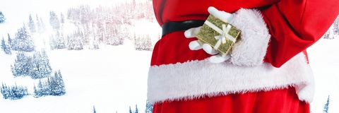 Santa με το δώρο εκμετάλλευσης χειμερινών τοπίων Στοκ εικόνα με δικαίωμα ελεύθερης χρήσης