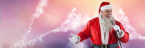Santa με το μικρόφωνο εκμετάλλευσης χειμερινών τοπίων Στοκ Φωτογραφία