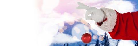 Santa με το μπιχλιμπίδι διακοσμήσεων εκμετάλλευσης χειμερινών τοπίων Στοκ Φωτογραφία