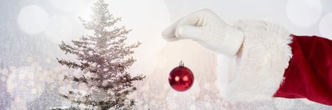 Santa με το μπιχλιμπίδι διακοσμήσεων εκμετάλλευσης χειμερινών τοπίων Στοκ φωτογραφίες με δικαίωμα ελεύθερης χρήσης