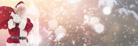 Santa με το σάκο εκμετάλλευσης χειμερινών τοπίων Στοκ εικόνες με δικαίωμα ελεύθερης χρήσης