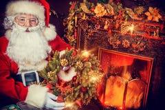 Santa με το στεφάνι Χριστουγέννων Στοκ φωτογραφίες με δικαίωμα ελεύθερης χρήσης