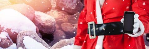 Santa με το τηλέφωνο εκμετάλλευσης χειμερινών τοπίων Στοκ Εικόνες